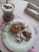 リラックマとキイロイトリのなかよしパンケーキとリラックマのカフェモカ